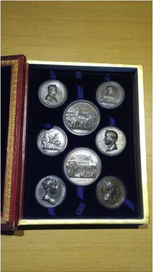 Alcune medaglie opera di Andrieu all'interno del loro contenitore originale
